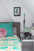 Vintage-Deko in Türkis und Grau im Schlafzimmer