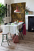 Tablecloth and wall hanging with botanical pattern in the dining room