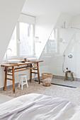 Rustikaler Holztisch mit zwei Aufsatzbecken in weißem Badezimmer
