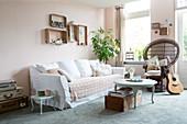 Wohnzimmer im Granny Chic mit Pfauenstuhl und Vintage-Deko