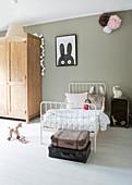 Nostalgisches Metallbett im Kinderzimmer mit grauer Wand