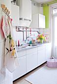 Alte, weiße Küche mit Wasserboiler