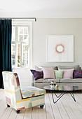 Feminines Wohnzimmer in Pastellfarben mit Dielenboden