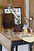 Nostalgisch gedeckter Tisch mit Honig, Bienenwaben und Zweigen