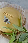 Seife aus Honig mit einer Biene aus Papier und Verbenenzweig