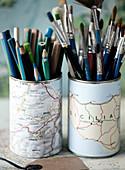 Konservendosen mit Landkarten beklebt als Halter für Stifte und Pinsel