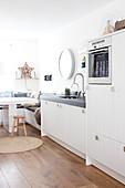 Essplatz mit Eckbank in weißer Küche