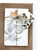 Verpacktes Geschenk mit Schmetterling-Motiv und Zahl 45