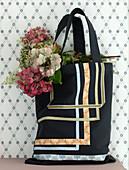 Aufgenähte Stoffbänder auf einer Einkaufstasche mit verschiedenen Hortensien