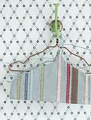 Selbstgemachte Husse mit Stoffbändern für Kleiderbügel