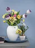 Tulpen, Hyazinthen, Narzissen und Traubenhyazinthen in einer Vase