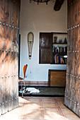 Blick durch offenes altes Holzportal ins mediterrane Haus