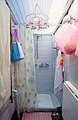 Kleines improvisiertes Duschbad als Anbau mit kitschiger Deko