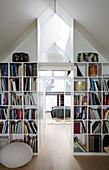 Bücherregale in der Trennwand zum Schlafzimmer unter der Schräge
