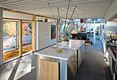 Moderner Wohnraum mit offener Küche und Betonboden