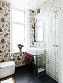 Wallpaper with a floral pattern in the small, elegant bathroom