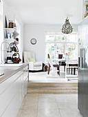 Blick von der offenen Küche ins Esszimmer zwei Stufen höher