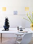 Stapel asiatischer Teekannen aus Gusseisen auf gedecktem Tisch