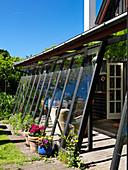 Anbau am Holzhaus mit Wintergarten im Sommer