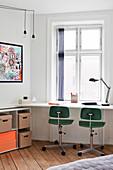Weißer, filigraner Schreibtisch mit zwei Vintage Drehstühlen vor Fenster