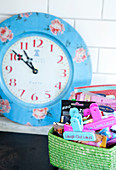 Clips with messages in the basket and wall clock with rose motif