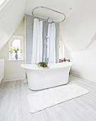 Freistehende Badewanne im eleganten Bad unter der Schräge