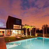 Modernes Architektenhaus mit Pool bei Abendrot
