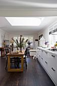 Esstisch und offene Küche im offenen Wohnraum mit Dachfenster
