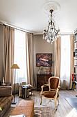 Klassisches Wohnzimmer in Brauntönen mit Kronleuchter