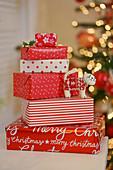 Weihnachtsgeschenke, rot-weiß verpackt