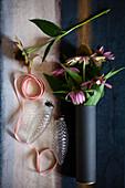 Echinacea, Weihnachtsbaumanhänger aus Glas in Zapfenform und Dekoband