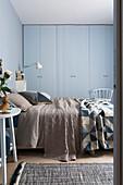 Blick ins Schlafzimmer mit Doppelbett und Kleiderschrank