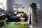 Schlafsofa im Einzimmer-Apartment, multifunktionale Theke hinter Raumteiler