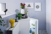 Multifunktionale Theke mit klappbarem Tisch hinter Raumteiler im Einzimmer-Apartment, Blick auf Kühlschrank