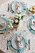 Gedeckter Tisch mit dekorativem Tischset aus Papier