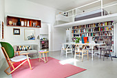 Kleines Apartment mit Schlafbereich auf Mezzanin