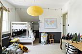 Etagenbett im Kinderzimmer mit schwarzem Sockel