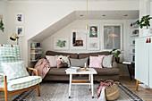 Wohnzimmer im Vintage-Look mit Sofa unter der Schräge