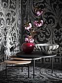 Rote Keramikvase und Opalglasschale auf Satztisch-Set in Mosaik-Raumecke