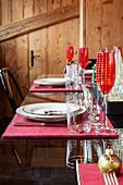 Weihnachtlich gedeckter Tisch im Essbereich eines Chalets