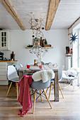 Herbstdekoration im Essbereich mit Holzstisch und Schalenstühlen