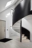 Moderne schwarze Wendeltreppe im Eingang eines Architektenhauses