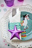 Serviette und Besteck mit Stern auf dem Teller mit Zirkusmotiv