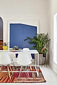 Esszimmer mit verschiedenen Zimmerpflanzen dekoriert