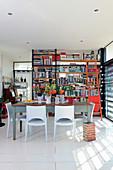 Offenes Bücherregal als Trennwand im Wohnbereich