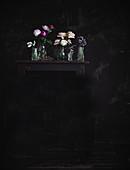 Rosen und Lavendel in Glasvasen