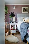 Gemütliches Schlafzimmer mit Fellen, Kerzendeko und Katzenbaby