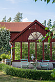 Falu-red greenhouse in summery garden
