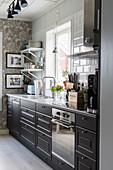 Küche im skandinavischen Landhausstil mit schwarzen Fronten