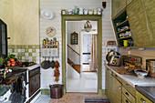 Alte Landhausküche in Grün mit Küchenofen und Vintage-Deko